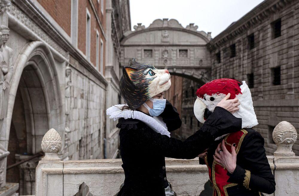 Venezianos em máscaras e fantasias de Carnaval na Ponte dos Suspiros, 7 de fevereiro de 2021