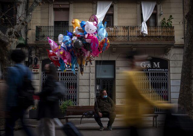 Vendedor de balões espera por clientes em rua de Barcelona, Espanha, em 9 de fevereiro de 2021