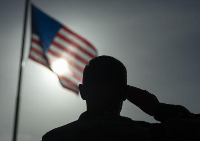 Militar americano fazendo saudação à bandeira dos EUA