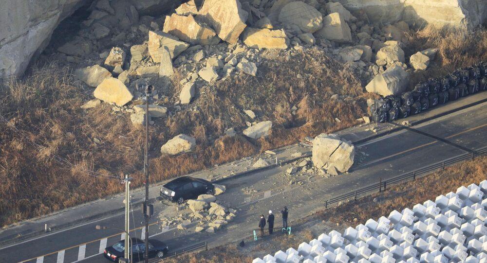 Imagem de um deslizamento causado pelo forte terremoto de magnitude 7,3 que atingiu a prefeitura de Fukushima, no Japão, em 14 de fevereiro de 2021