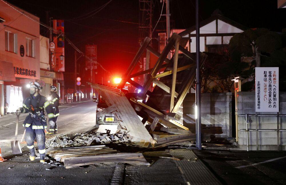 Um portão destruído em Koori, prefeitura de Fukushima, na madrugada de 14 de fevereiro