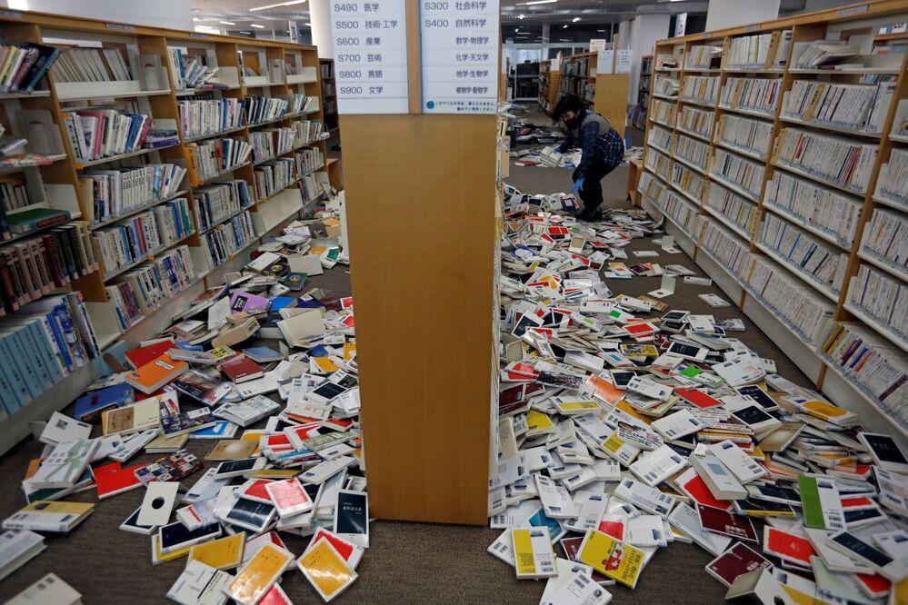 Funcionária de biblioteca da cidade de Iwaki arruma livros após forte terremoto abalar o nordeste do Japão