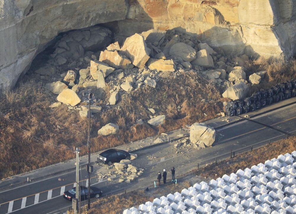 Rochas caídas bloqueando a rodovia Joban Expressway em Soma, prefeitura de Fukushima, após o forte terremoto