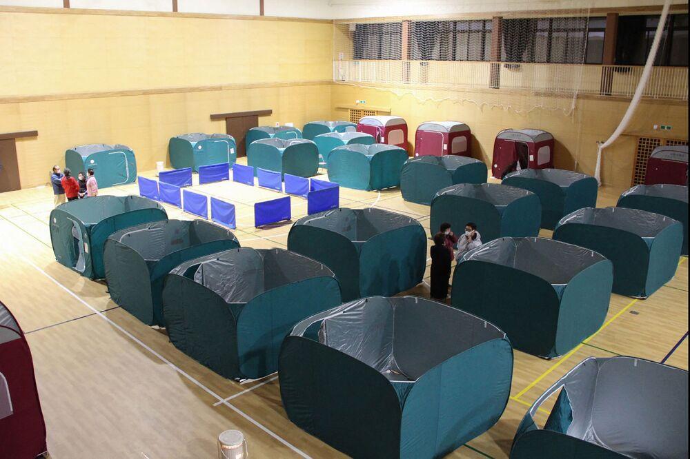 Tendas são montadas em pavilhão esportivo na cidade de Soma após terremoto de magnitude 7,3 sacudir a prefeitura de Fukushima, no nordeste do Japão