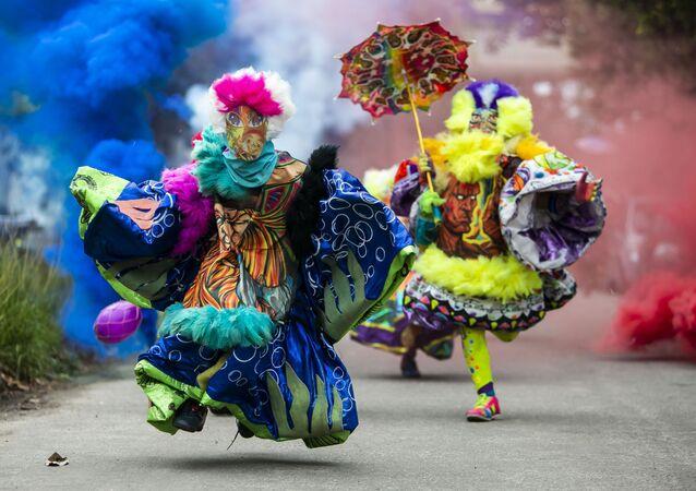 Membros do Bate-Bola fantasiados durante breve aparecimento na celebração do Carnaval apesar das restrições devido à pandemia da COVID-19, Rio de Janeiro, Brasil, 13 de fevereiro de 2021