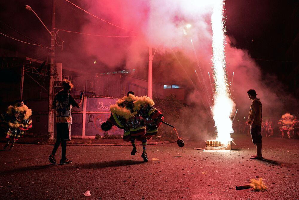 Membros do Bate-Bola celebram o Carnaval nas ruas do subúrbio do Rio de Janeiro, Brasil, 14 de fevereiro do 2021