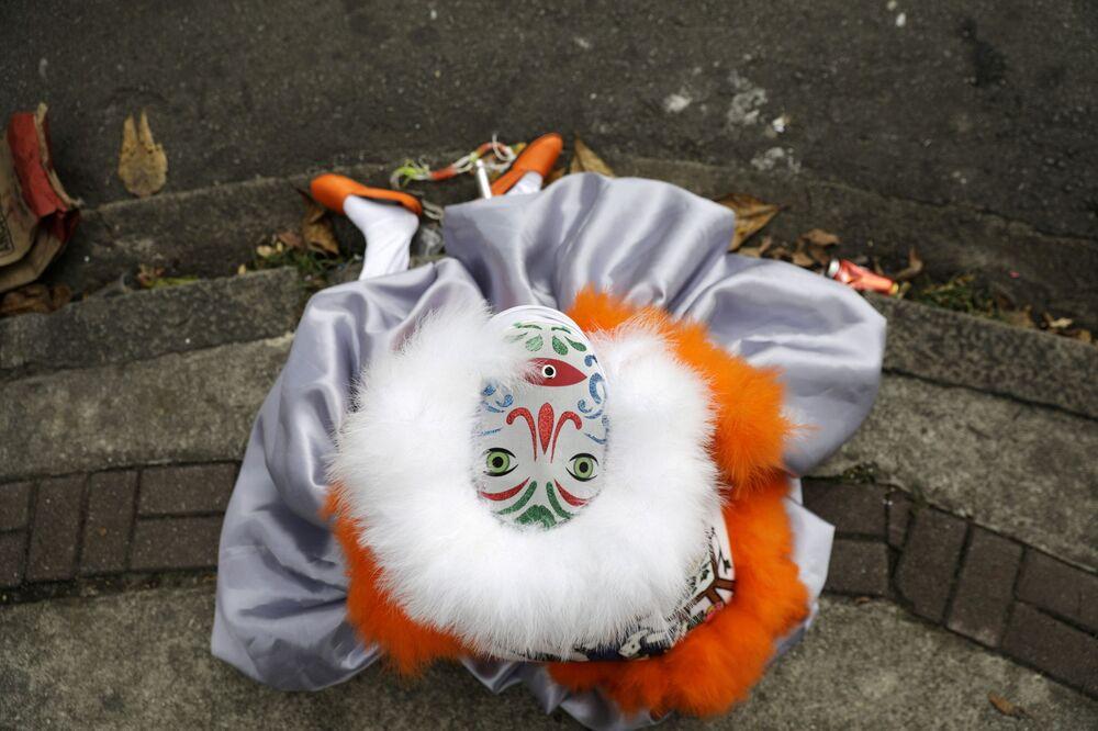 Foliões do Bate-Bola se apresentam durante a celebração do Carnaval, apesar do cancelamento da festa neste ano, Rio de Janeiro, Brasil, 14 de fevereiro de 2021