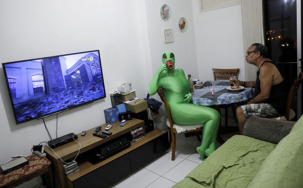 Professora Juliana Motta, de 34 anos, usando a fantasia que usaria no Carnaval, que acabou sendo cancelado devido ao coronavírus, Rio de Janeiro, Brasil, 9 de fevereiro de 2021