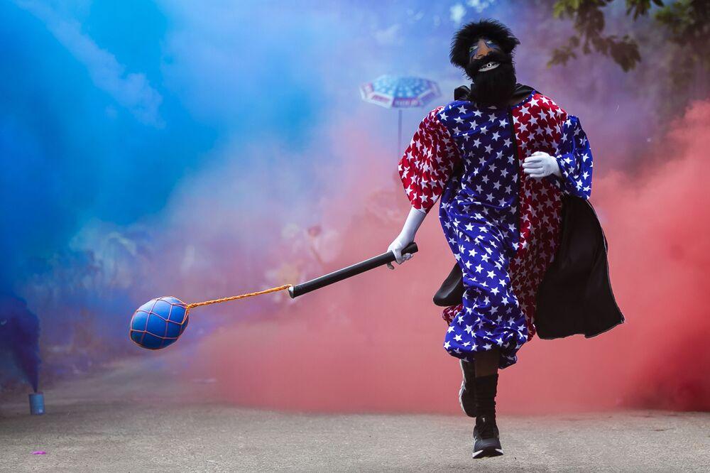 Membro do Bate-Bola corre durante performance curta, apesar das restrições devido à pandemia do novo coronavírus, Rio de Janeiro, Brasil, 13 de fevereiro de 2021