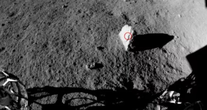 Rover lunar chinês Yutu 2 descobre rocha de aspecto estranho no lado oculto da Lua