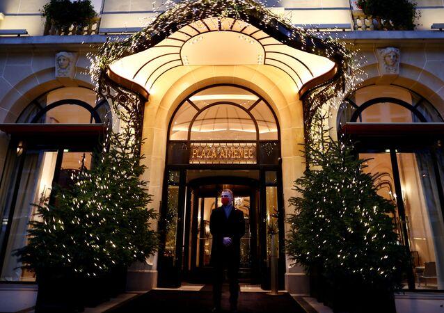 Entrada principal do luxuoso hotel Plaza Athenee, em Paris, França