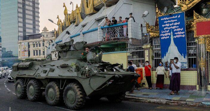 orças militares de Mianmar botaram blindados nas ruas para reprimir manifestações em Yangon, no dia 14 de fevereiro de 2021.