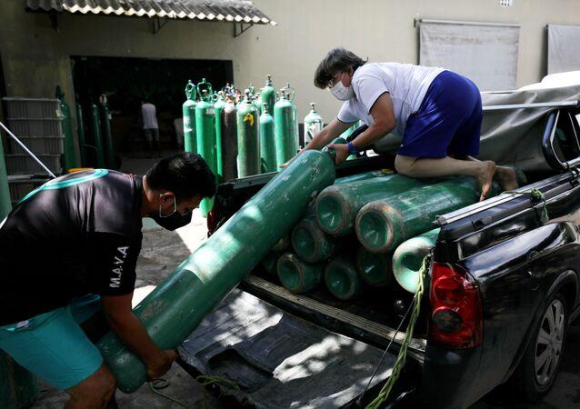 Voluntários levam balão de oxigênio para ser usado por pacientes com coronavírus em Manaus, no Amazonas