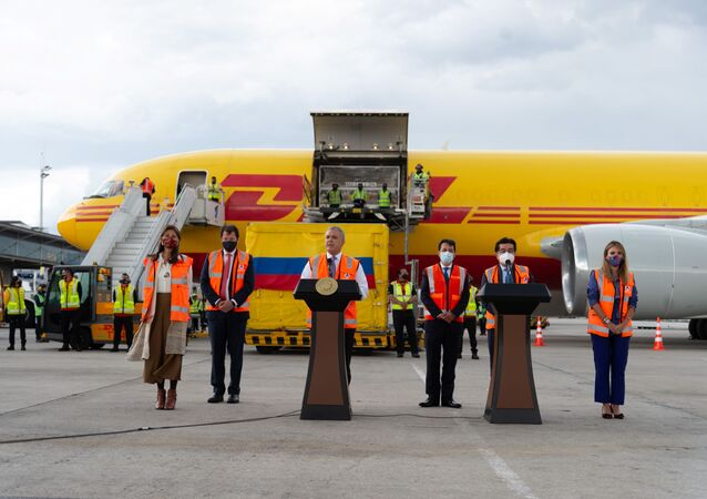 Presidente da Colômbia, Iván Duque, faz discurso após chega de lote de doses da vacina da Pfizer no aeroporto El Dorado, em Bogotá