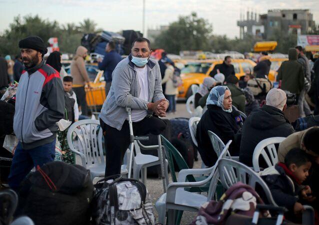 Palestinos aguardam na passagem de Rafah, na fronteira com o Egito para entrar e sair de Gaza,