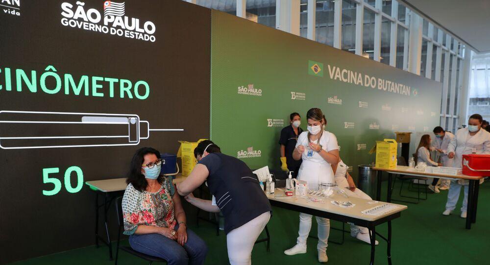 Profissionais de saúde recebem dose da CoronaVac no Hospital das Clínicas, em São Paulo