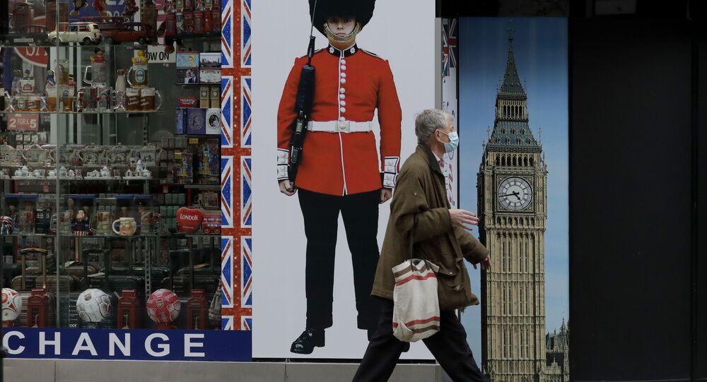 Homem anda com máscara no Reino Unido
