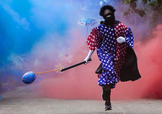 Membro de bloco de carnaval do Rio de Janeiro desfila, apesar de restrições às festividades, 13 de fevereiro de 2021