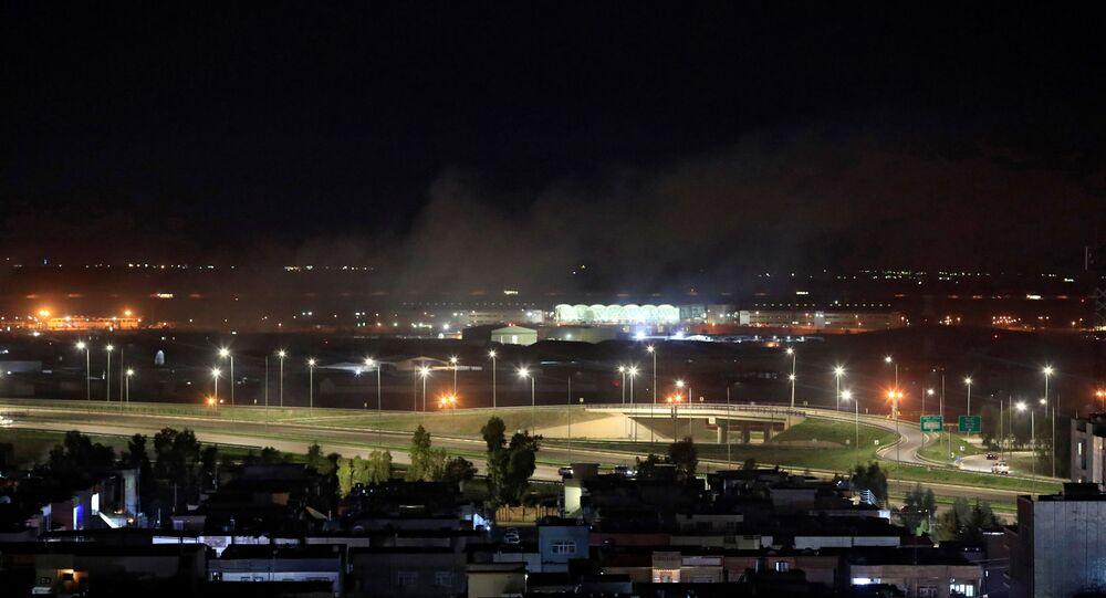 Fumaça emerge do aeroporto internacional de Arbil, no Iraque, 15 de fevereiro de 2021