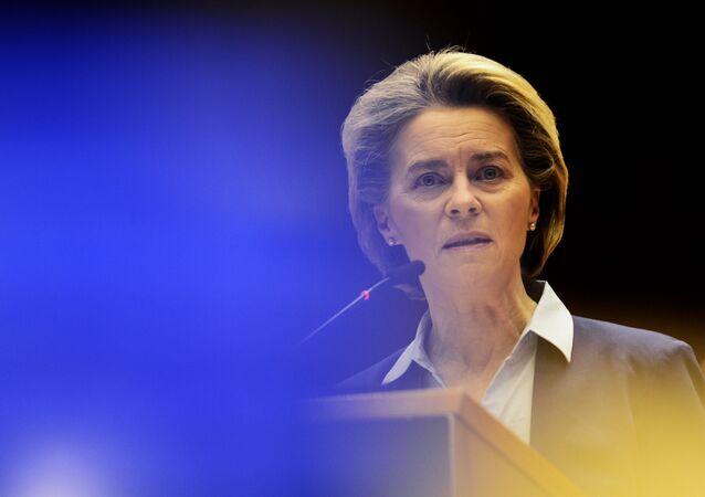 A presidente da Comissão Europeia, Ursula von der Leyen, fala durante um debate sobre a abordagem da UE unificada às vacinas COVID-19 no Parlamento Europeu em Bruxelas, quarta-feira, 10 de fevereiro de 2021