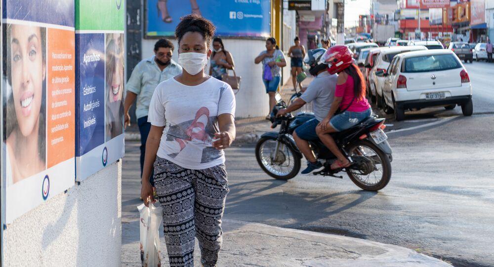 Moradora de Cuiabá usa máscara contra o coronavírus