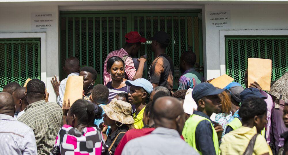 Fila de migrantes haitianos em busca de passaporte