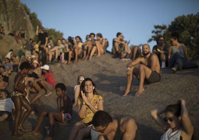 Pessoas se reúnem para assistir a pôr-do-sol na praia do Arpoador, Rio de Janeiro, Brasil, 15 de novembro de 2017