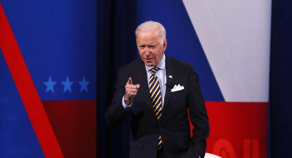 Presidente dos EUA, Joe Biden, participa de programa de televisão em Milwaukee, Wisconsin, EUA, 16 de fevereiro de 2021