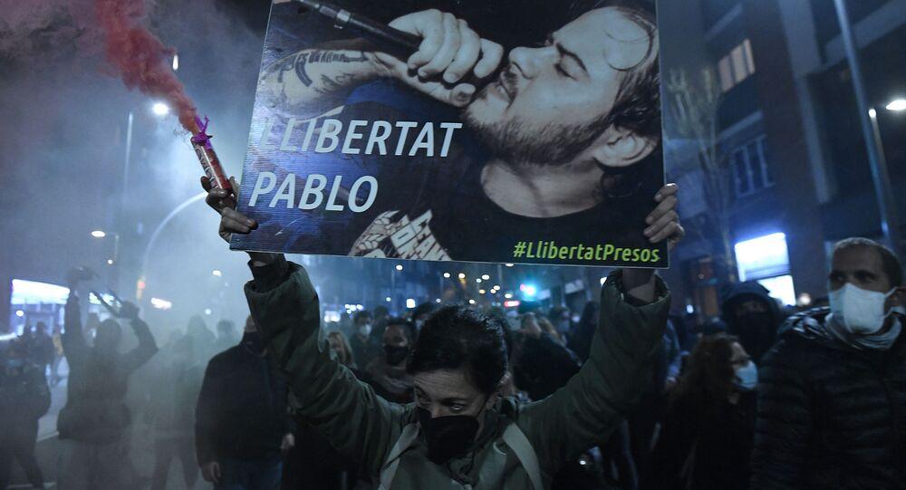 Manifestante com cartaz pedindo liberdade para Pablo Hasél em Barcelona durante os protestos contra a prisão do artista