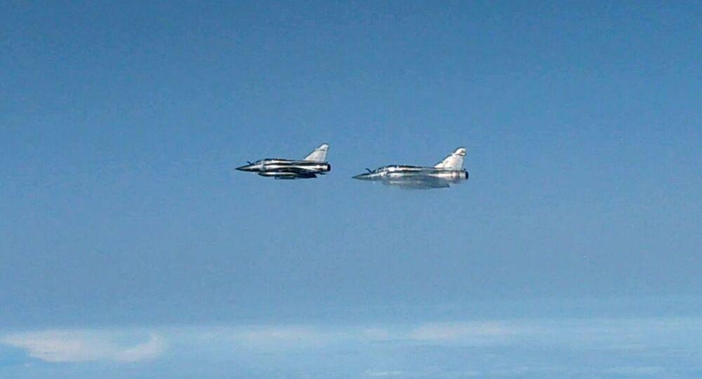 Caças-bombardeiros Mirage 2000 franceses interceptados por Su-27 russo sobre o mar Negro