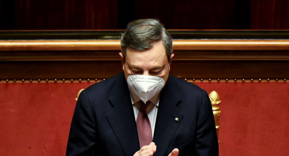 O recém-empossado primeiro-ministro da Itália, Mario Draghi, aplaude após discurso do presidente do Senado, antes de se dirigir ao Senado do país, em Roma.