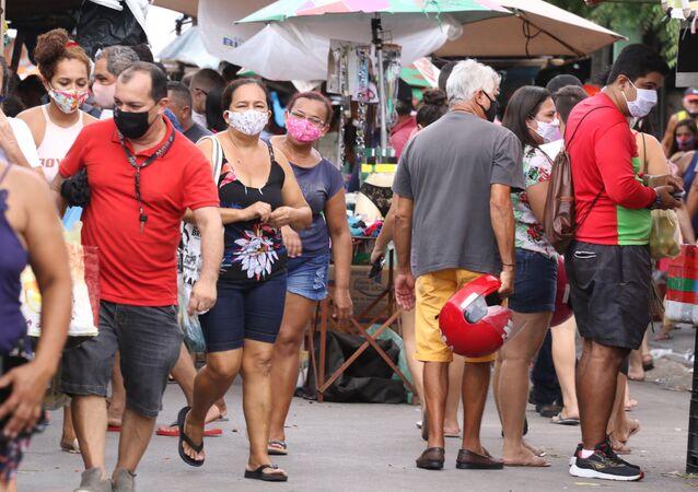 Pessoas passeiam por feira em Fortaleza durante o Carnaval.