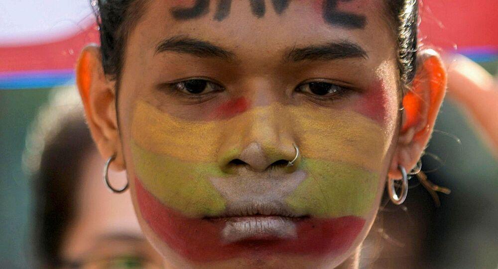 Manifestante durante protesto contra o golpe militar em Yangon, Mianmar, 17 de fevereiro de 2021