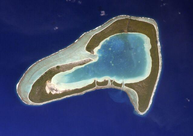 Atol Tupai no oceano Pacífico, que parece um coração, é fotografado pelo cosmonauta russo Sergei Kud-Sverchkov a bordo da Estação Espacial Internacional (EEI). O atol faz parte da Polinésia Francesa e está localizado a 19 km ao norte da ilha Bora Bora