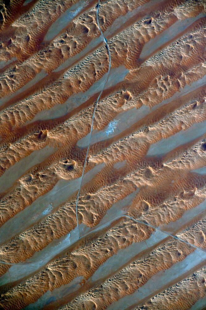 Dunas do deserto oriental africano são fotografadas diretamente da Estação Espacial Internacional por cosmonauta russo