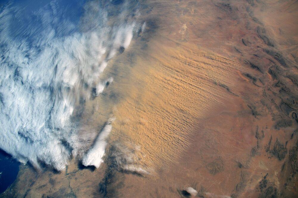 Tempestade de areia, vinda do deserto do Saara, é captura em foto por cosmonauta russo da Estação Espacial Internacional