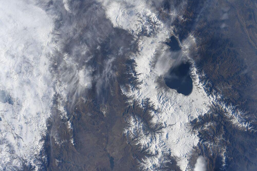 Vista a partir da EEI para o lago Sevan na Armênia, fotografado por astronauta japonês.