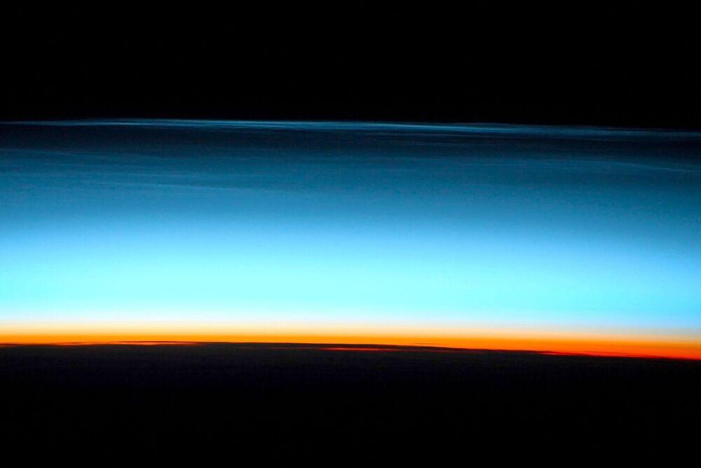 Nuvens fotografadas por cosmonauta russo a bordo da EEI. Nuvens noctilucentes são as mais altas do planeta, formadas a altitudes de 70 a 95 quilômetros.