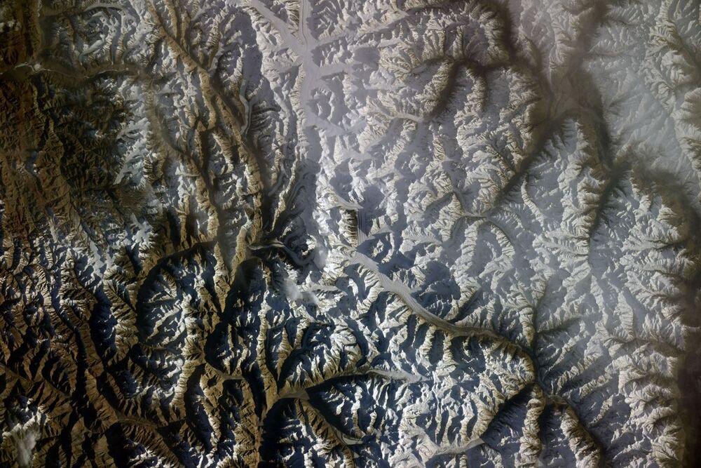 Cordilheira Caracórum, localizada na fronteira entre Paquistão, República Popular da China e Índia, é fotografada por cosmonauta russo a bordo da EEI