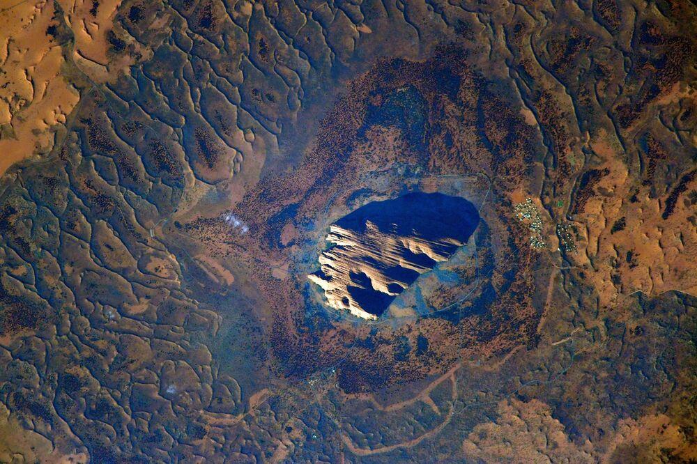 Monólito Urulu, Austrália, fotografado por cosmonauta russo a partir da EEI