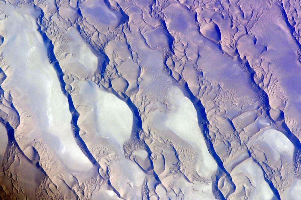 Vista do espaço para o deserto de Lute, Irã, fotografada pelo cosmonauta russo da EEI