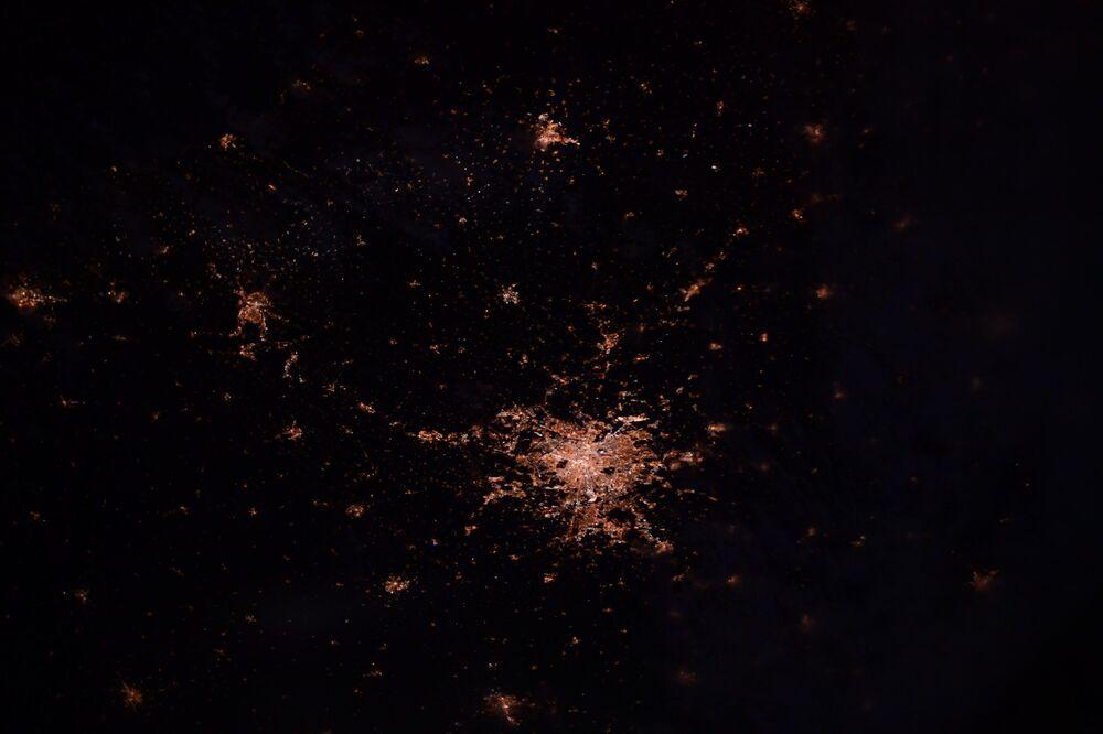 Luzes de Paris noturna, França, captadas por astronauta japonês a partir da Estação Internacional Espacial