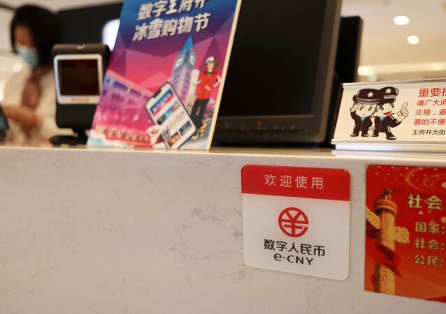 Símbolo do yuan digital em balcão de loja de shopping em Pequim