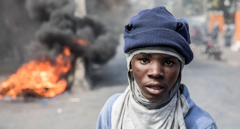 Manifestante durante ato contra o presidente Jovenel Moise, em Porto Príncipe, Haiti, 14 de fevereiro de 2021
