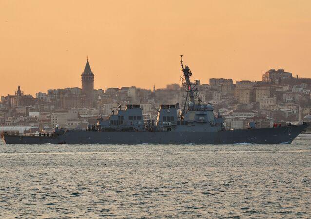 USS Porter (DDG 78), destróier de mísseis guiados da Marinha dos EUA, navega no Bósforo a caminho do mar Negro, em Istambul, Turquia, 28 de janeiro de 2021