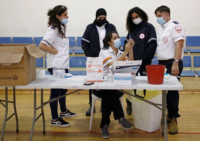 Funcionários de saúde trabalham em centro de vacinação temporário em Tel Aviv, Israel, 16 de fevereiro de 2021