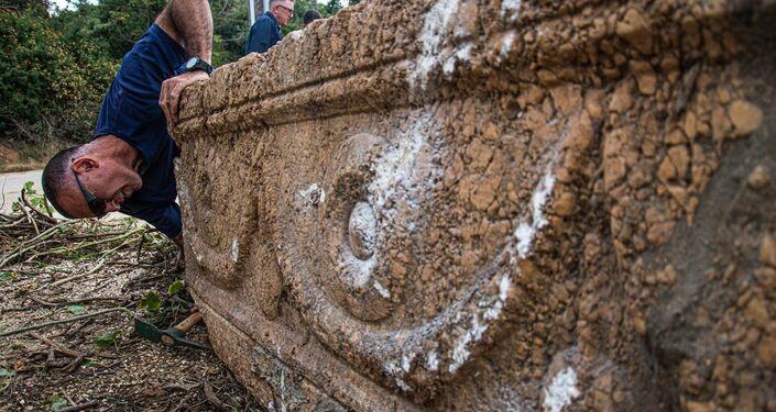 Detalhe de um dos caixões com o arqueólogo da IAA ao fundo