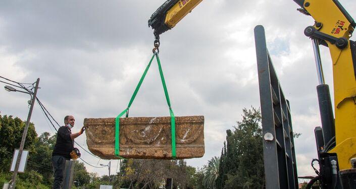 Caixão de 1.800 anos do período romano sendo retirado em meio a obras de hospital para animais em Tel Aviv
