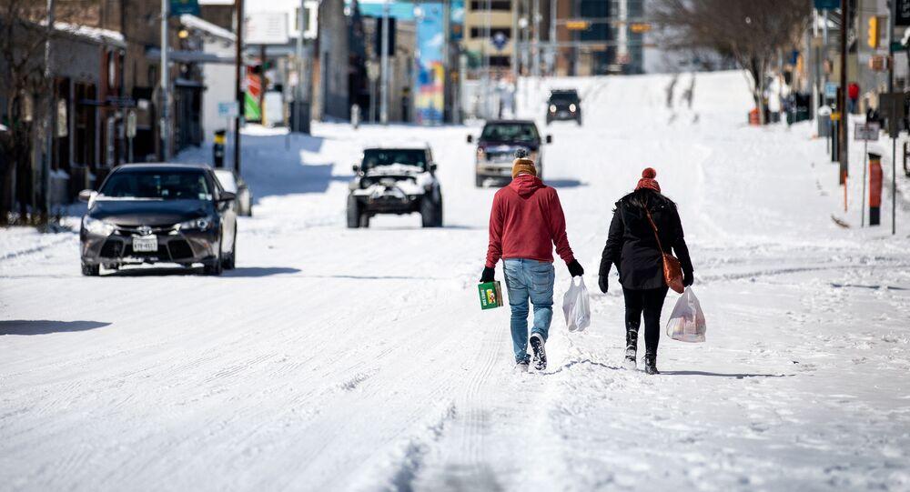 Pessoas carregam mantimentos em um posto de gasolina local em 15 de fevereiro de 2021 em Austin, Texas