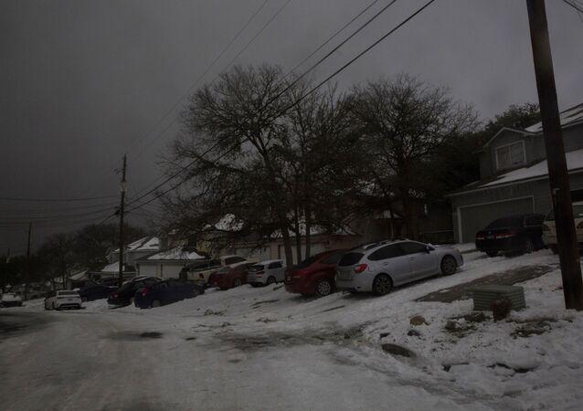 Um bairro passa por uma queda de energia depois que o clima de inverno causou cortes de eletricidade em San Marcos, no Texas